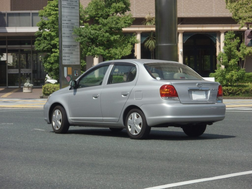 プラッツの捜査車両。スモークは無く、一般車に近い外観。